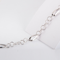 Bracciale ad anelli in oro bianco 18 kt, lunghezza 19 cm con la possibilità di essere agganciato più corto.