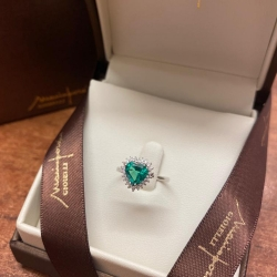 Anello in oro bianco 18 kt con cuore in Smeraldo, di Mario Porzio. Contorno in diamanti taglio brillante ct 0.26.