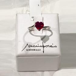 Anello in oro bianco 18 kt con cuore in Rubino, di Mario Porzio. Collezione Cuori di Mario Porzio.