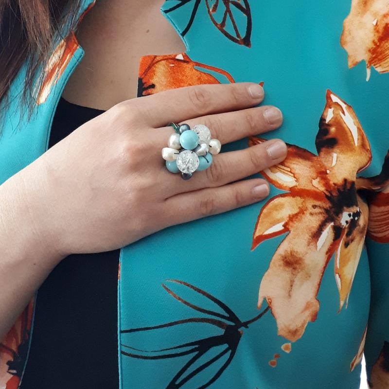 Anello in fili d'argento che intrecciano pietre in pasta di turchese, perle p.p. e cristallo di rocca.