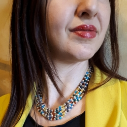 Collana da donna, Multifilo e Multicolor, composta da pietre dure diverse e perle piena perlagione.