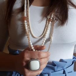 Collana donna multifilo, composta da perle e pietre dure: perle baroccate, pietra di Luna, cristalli e agata muschiata.